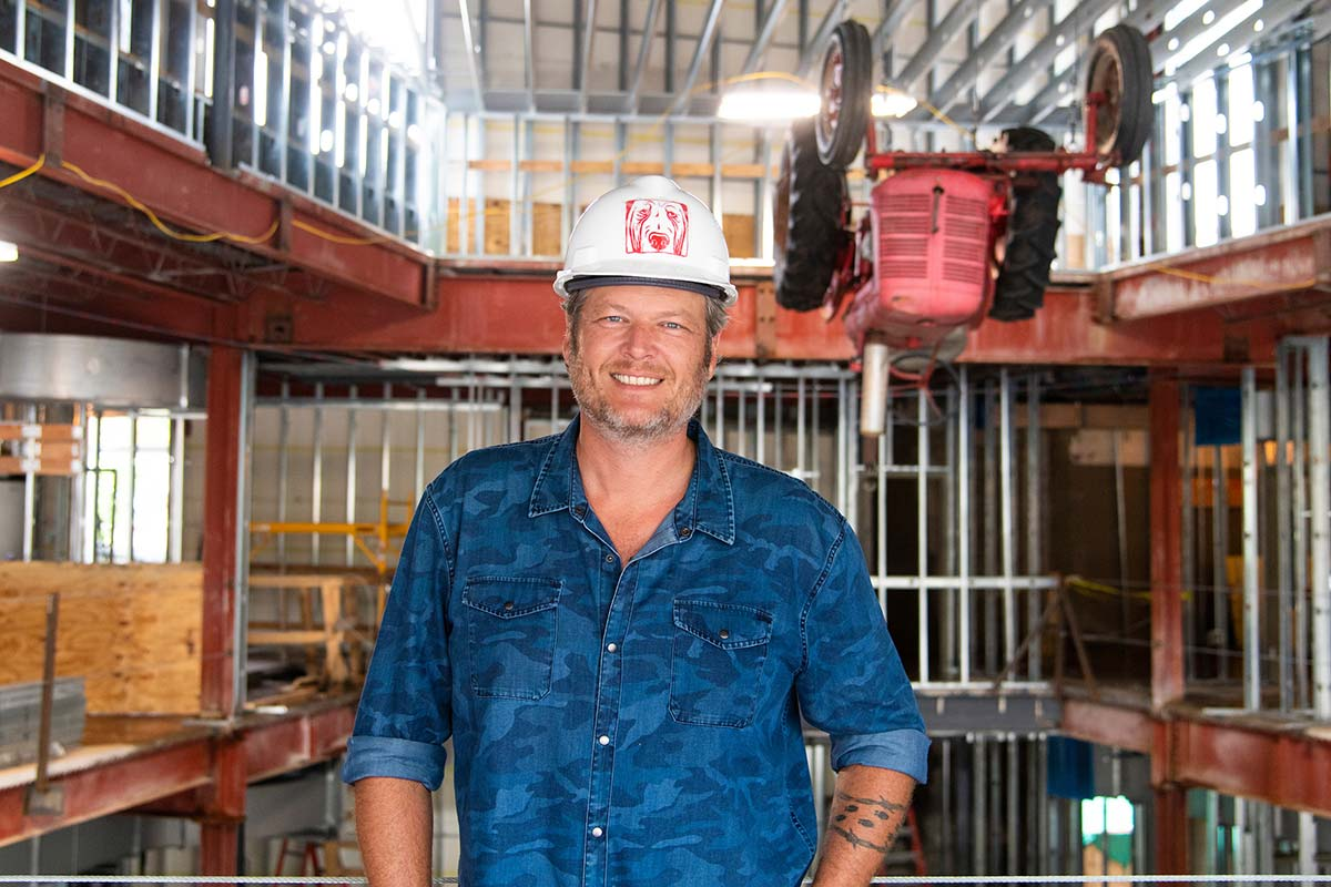 Blake Shelton in Hard Hat at Ole Red Gatlinburg hard hat tour – photo by Erika Goldring