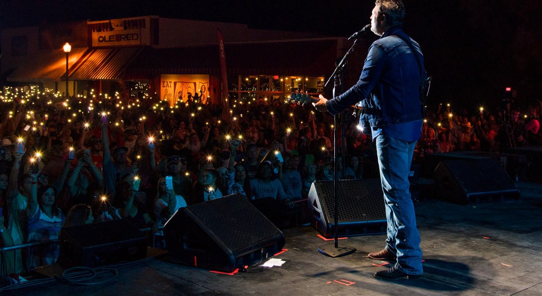 Blake Shelton performs at the ORT