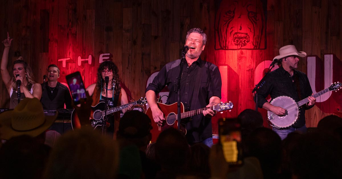 blake-shelton-performs-at-ORT